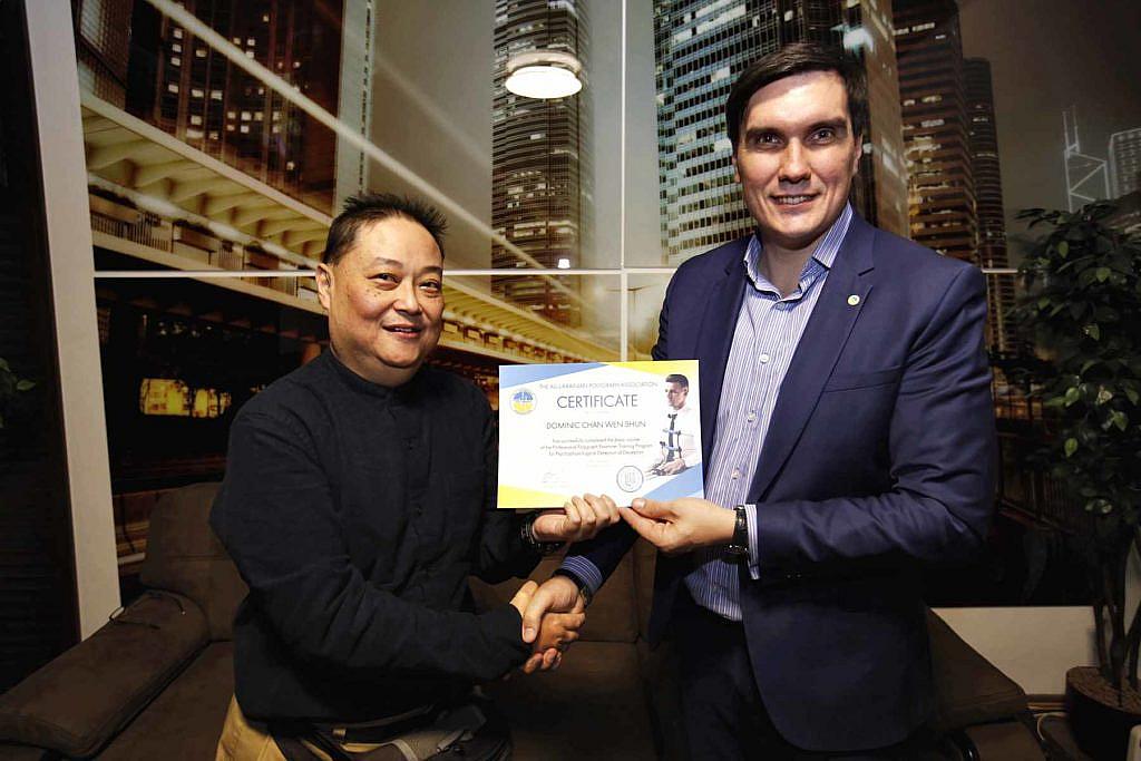 Поліграфолог Володимир Ведмідь видає сертифікат поліграфолога
