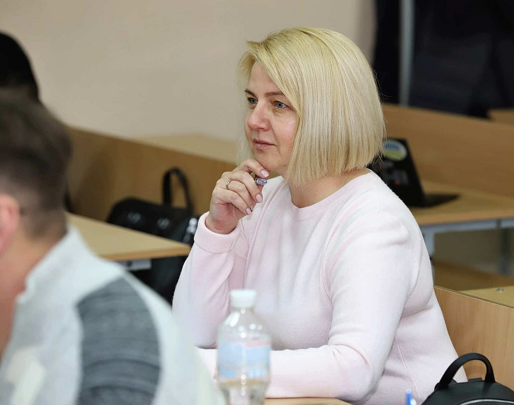 Поліграфолог уважно слухає лекцію на курсах підвищення кваліфікації