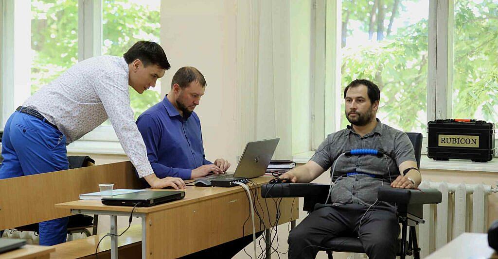 Професійний поліграфолог допомагає в навчанні на поліграфолога